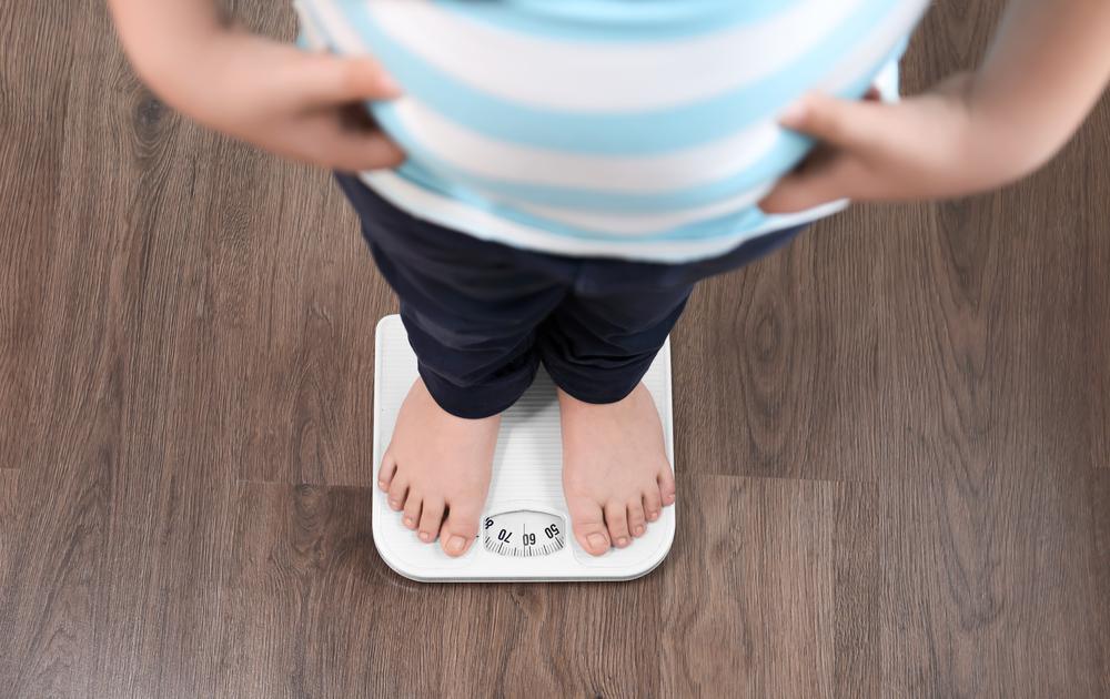 """少年儿童肥胖问题愈发明显 洋洋(化名)尽管只有5岁大,但体重却已经达到86斤,哪怕是配上1.2米的身高,也是个标准的""""小胖墩""""。究其原因,就是管不住嘴,还迈不开腿——饿了就吃,幼儿园吃了回家还要继续吃,却基本上""""零运动""""。 与洋洋遭遇的超重问题相比,11岁的小刚(化名)的问题更严重。1."""